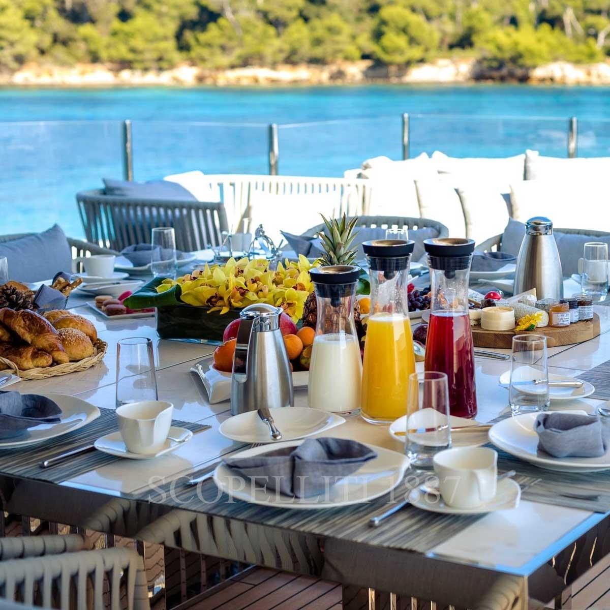 luxury yacht dinnerware